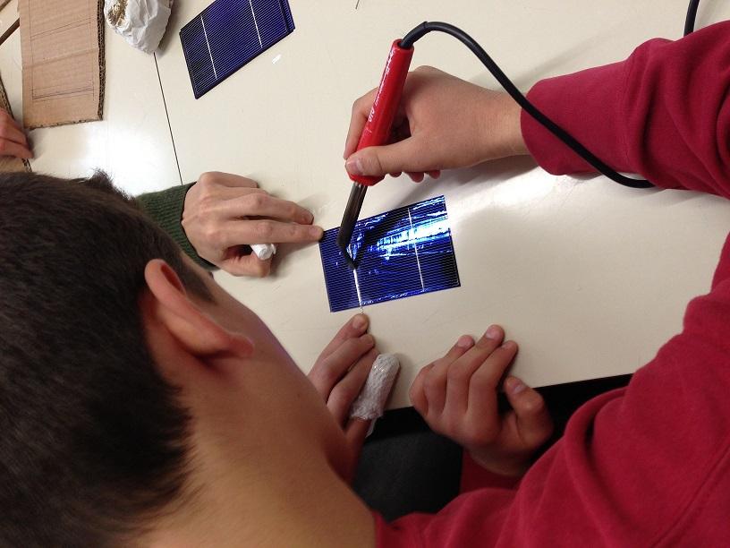 Istituto Checchi di Fucecchio, fase di saldatura delle celle fotovoltaiche