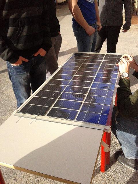 Istituto Checchi di Fucecchio, celle saldate, pannello solare quasi pronto
