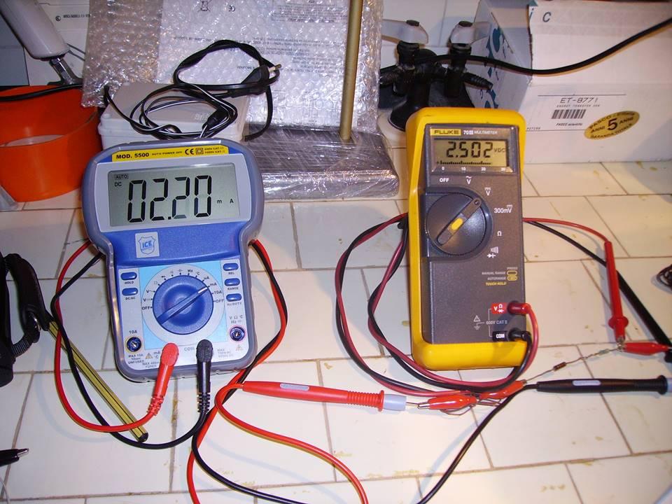 TEST di laboratorio su pannello fotovoltaico assemblato dal nostro kit di celle solari 1X3 pollici 26X78 mm misurazioni con amperometro e voltmetro digitale