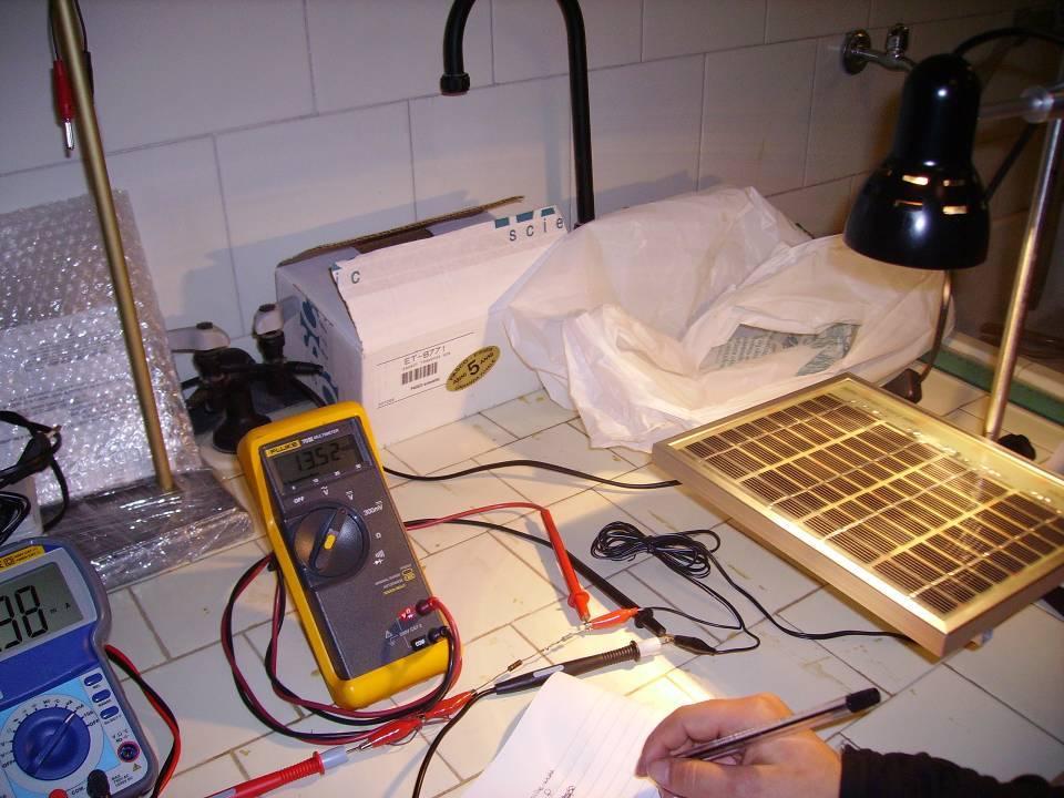 TEST di laboratorio su pannello fotovoltaico assemblato dal nostro kit di celle solari 1X3 pollici 26X78 mm misurazioni col tester