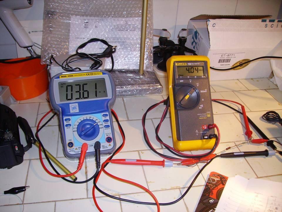 TEST di laboratorio su pannello fotovoltaico assemblato dal nostro kit di celle solari 1X3 pollici 26X78 mm misurazioni della corrente e tensione del pannello con voltmetro e amperometro