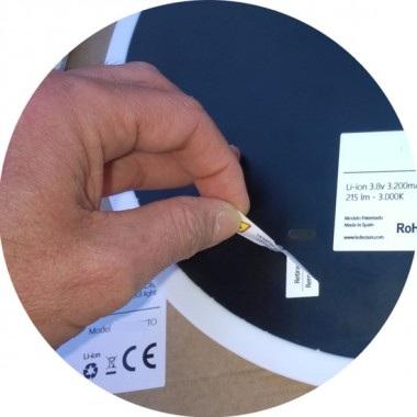 Rimuovere l'adesivo del magnete prima dell'installazione